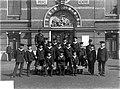 ErfgoedLeiden LEI001015492 Groepsportret van leerlingen aan de Zeevaartschool aan het Noordeinde in Leiden.jpeg