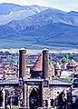 Erzurum 12 06 1990 Çifte Minare mit Palandöken Dağları.jpg