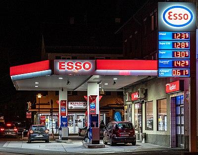 Esso-Tankstelle in Tübingen bei Nacht 2019 001.jpg