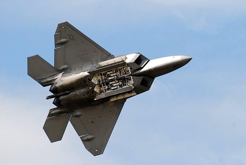 Archivo:F-22 Raptor shows its weapon bay.jpg