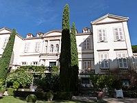 Façade principale du château de Saurs.jpg