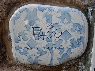 La piastrella del Muretto di Alassio autografata da Fazio