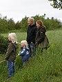 Familio rigardas gejseron en Islando.jpg