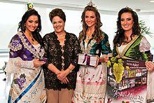 Rainha da festa de 2012 Roberta Veber Toscan e Princesas Aline Casagrande e  Kelin Zanette com a então presidente Dilma Rousseff. 8177898b46f3