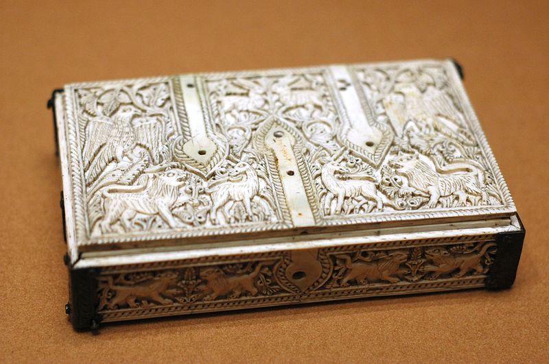 File:Flat casket Cuenca Louvre OA2775.jpg
