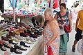 Gammel dame ser på sko.JPG