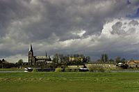 Gezicht over de Maas op de ruïne van de burcht van Kessel (half verscholen achter de bomen) en met links de Onze Lieve Vrouwe Geboortekerk - Kessel - 20406905 - RCE.jpg