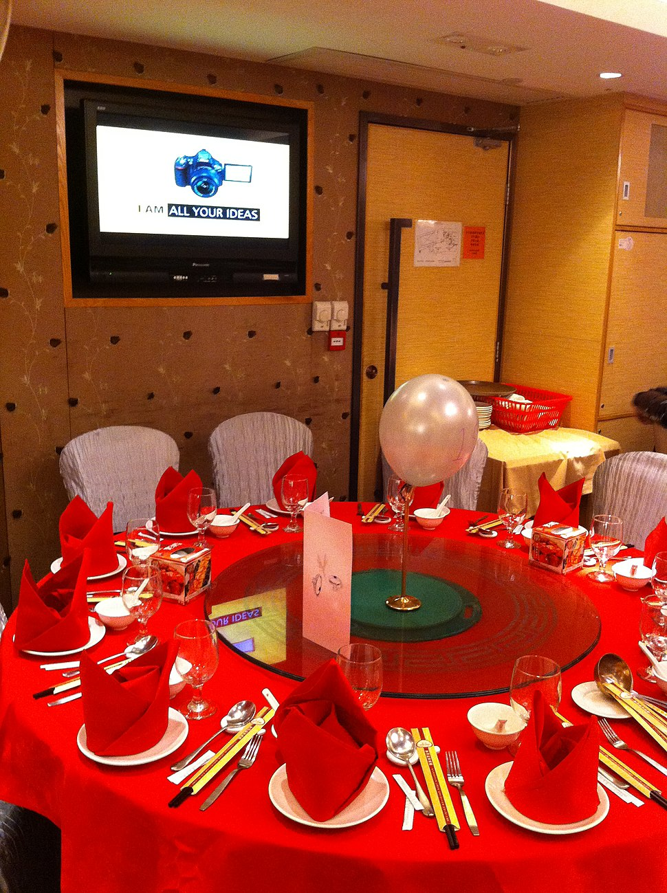 HK 海怡半島 South Horizons 住戶俱樂部 Residents Club Dinner 寶湖酒家 Treasure Lake Restaurant red tablecloth n setting Wall TV set Jan-2013