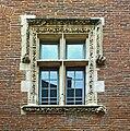 Hotel de Cheverry Toulouse fenêtre à meneau de la cour.jpg