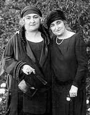 هدى شعراوي (اليسار) و صفية زغلول (اليمين)