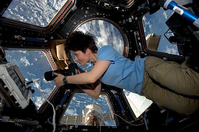 Samantha Cristoforetti nella cupola della Stazione Spaziale Internazionale