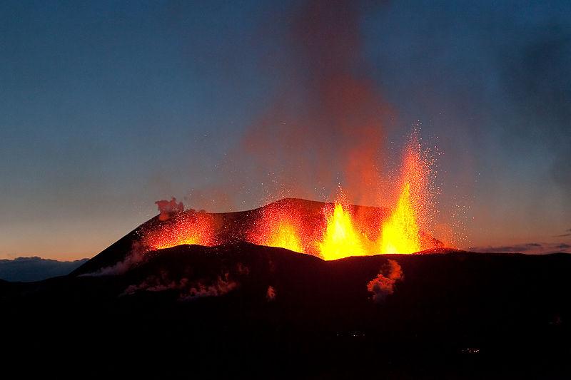 File:Iceland-Eruption-Fimmvorduhals-2010-03-26-09.jpg