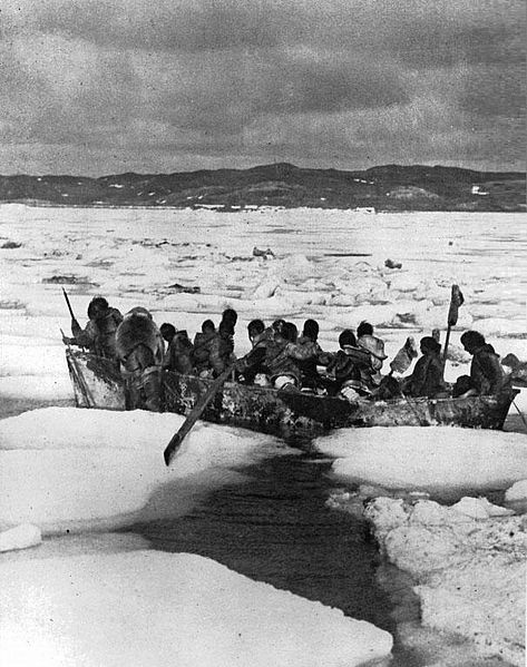 Fichier:Inuit group in umiak.jpg