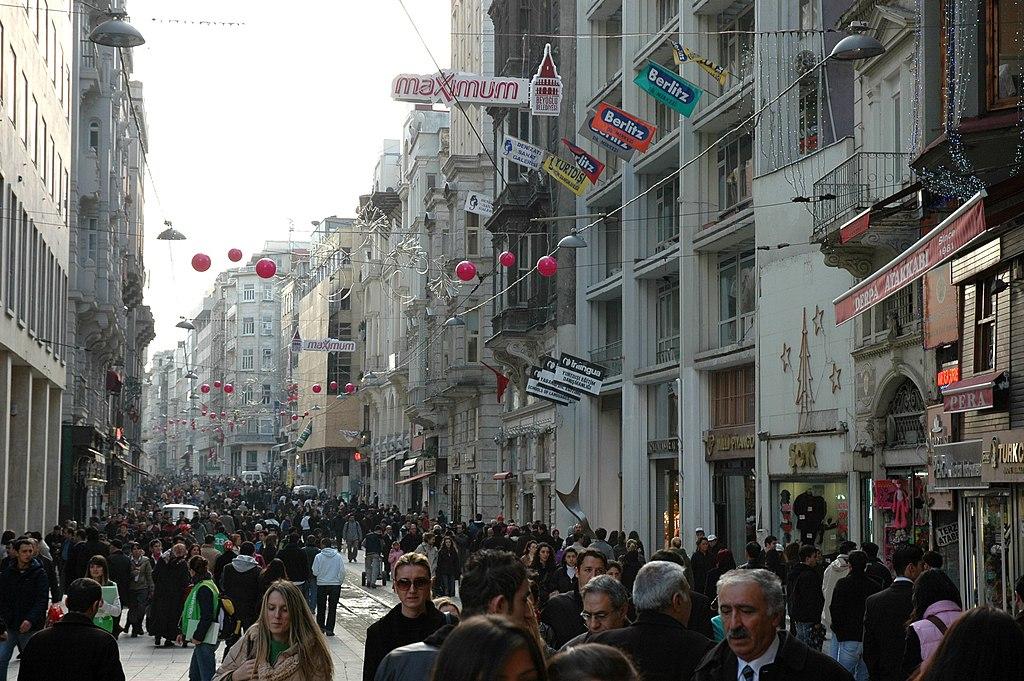 La concurrida Avenida de İstiklal (Avenida de la Independencia), en Beyoglu, en la actualidad.