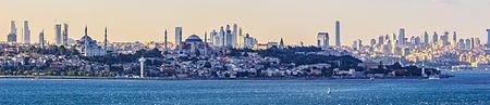 أفق اسطنبول كما يراه الناظر من جهة إلتقاء البوسفور وبحر مرمرة. تظهر عدَّة معالم رئيسيَّة في الصورة مثل جامع السُلطان أحمد وآيا صوفيا وقصر طوب قابي وقصر طولمة باغجة.