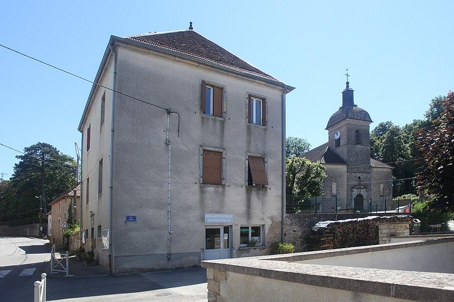 Bibliothèque et église de Jallerange (Doubs).
