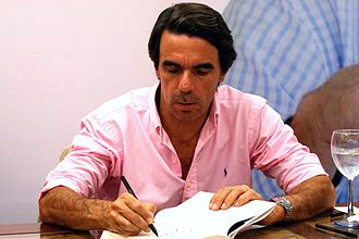 José María Aznar - Aznar signing copies of his book in Vigo in 2009