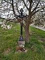 Kříž u rozcestí severně od obce Slabčice.jpg