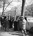 Kinderen op een gracht rond een groep straatmuzikanten in Volendams kostuum, Bestanddeelnr 254-2319.jpg