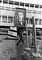 Kruisplein met palen als kunstwerk voor Doelen. Met wandschildering van Multatuli pseudoniem van Rotterdamse kunstenaar Mathieu Ficheroux, 1979 (1).jpg