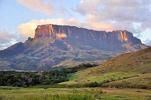 https://upload.wikimedia.org/wikipedia/commons/thumb/f/fd/Kukenan_Tepuy_at_Sunset.jpg/500px-Kukenan_Tepuy_at_Sunset.jpg