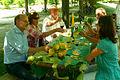 Laßt uns nochmal anstossen am türkis-grün-gelben Tisch.jpg