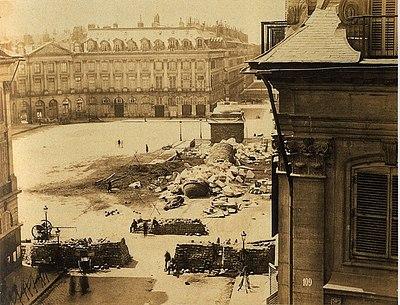 La colonne Vendôme renversée pendant la commune de Paris, A. Disderi, 1871.jpg