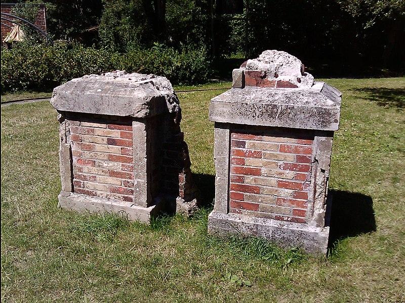 Vestiges du viaduc de Souzain dans le parc de la Briqueterie à Langueux.