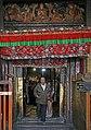 Lhasa-Jokhang-56-Tuer-Besucher-2014-gje.jpg