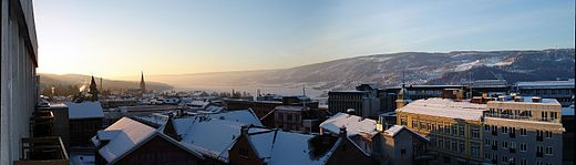 Lillehammer is situated in an inland valley with reliable snow cover in winter Lillehammer Panorama (2237447375).jpg