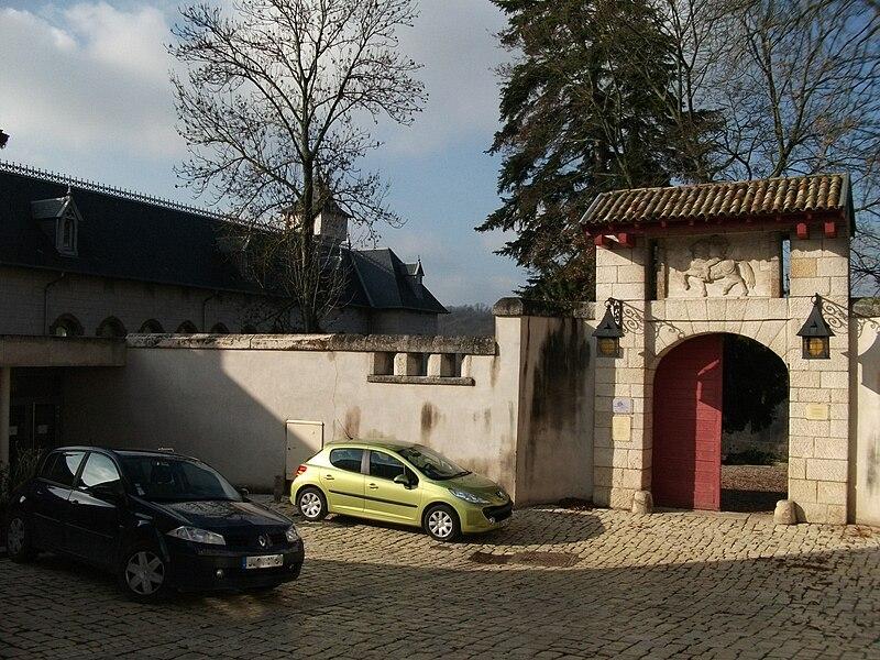 Liverdun, porte d'entrée du_Château Corbin et du parc attenant, aujourd'hui médiatèque.