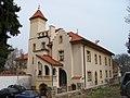 Lochkov, zámek, západní křídlo.jpg