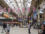 Victoria Station Halle.  Britische Flaggen hängen von der Decke.