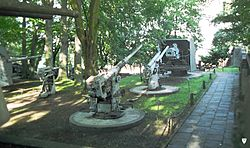 Muzeum Marynarki Wojennej w Gdyni.Dzia�a okr�t�w podwodnych i wie�a Baterii im. Laskowskiego.