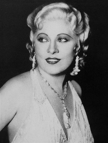 English: News photo of Mae West, likely candid...