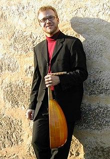 SWR 2, radio culturelle allemande - Page 8 220px-Marc_lewon_with_lute_www.lewon.de
