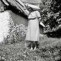 Marija Domevšček iz Lemovja - nese moko v škufo, Soča 1952.jpg