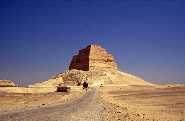 """Piramida z okresu Starego Państwa, jeden z najbardziej znanych zabytków nekropolii Meidum (""""piramida Snofru""""). Źródło: Wiki Commons, autor: Charlie Phillips, lic. CC-BY-SA-2.0."""