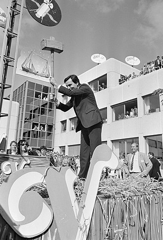 Veronica (media) - Elco Brinkman operating a high striker to celebrate the opening of Veronica's headquarters in Hilversum, August 1987