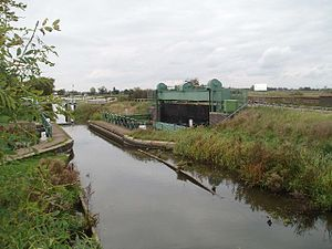 Middle Level Navigations - The Mullicourt aqueduct where the Well Creek crosses the main drain