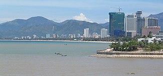 Fotografia da praia de Nha Trang com muitos prédios altos atrás dela