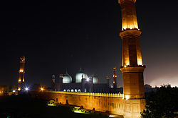 Night view of Badshahi Mosque.jpg