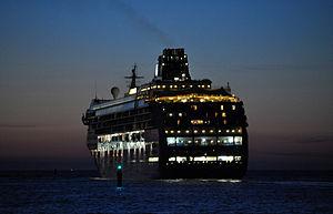 Norwegian Sun bei der Ausfahrt aus Rostock.jpg
