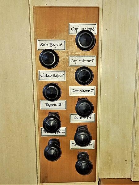 Datei:Ottobrunn, Kath. St. Otto (Kerssenbrock-Orgel, Register) (2).jpg