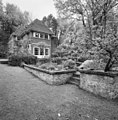 Overzicht achtergevel en linker zijgevel villa met gemetselde bloembakken - Wassenaar - 20353196 - RCE.jpg