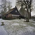 Overzicht achtergevel stiftschuur en op de achtergrond de hervormde kerk - Weerselo - 20382954 - RCE.jpg