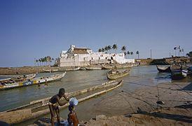 Overzicht linker zijgevel met haven op de voorgrond - Elmina - 20374831 - RCE.jpg