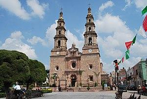 Encarnación de Díaz - View of the parish church from the main plaza