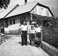 Poldova družina, v ozadju hiša. Leopold Čopi, Čezsoča 1952.jpg