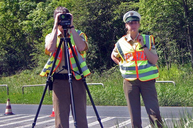 Datei:Polizei laser messung.jpg